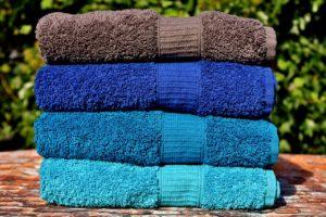 色とりどりの積み重ねられたタオル