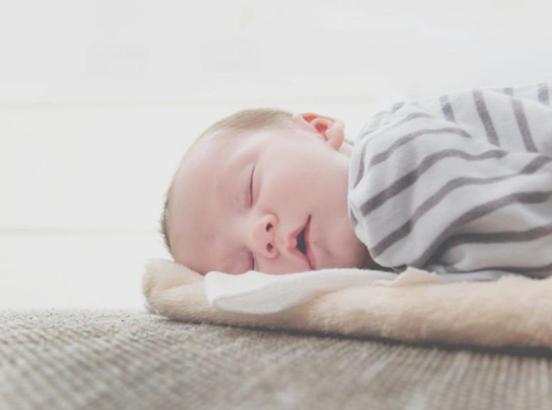 横向きで眠る赤ちゃん
