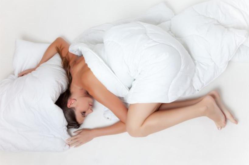 ベッドに横たわる女性