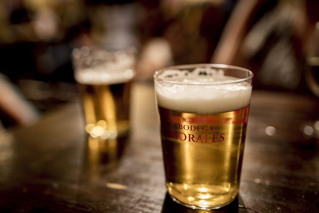 テーブルに置かれたグラスに注がれたビール