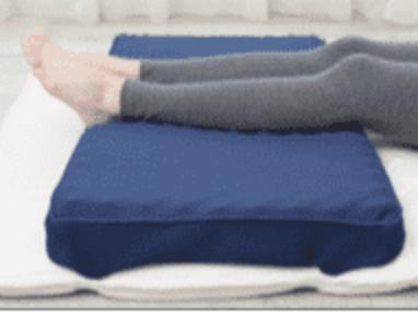 青い足サポートパッドに足をのせる女性